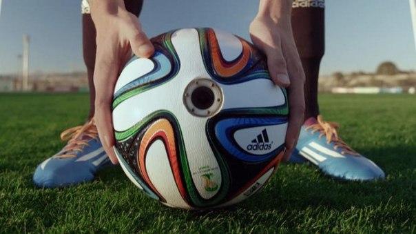 Adidas оснастила мяч Brazuca для ЧМ-2014 панорамными камерами В шкуре Супермена мы уже побывали, значит, настало самое время получить возможность пережить лучшие моменты жизни мяча на грядущем чемпионате мира по футболу в Бразилии. Компания Adidas, которая является официальным спонсором этих спортивных соревнований, решила показать игру в футбол с необычного ракурса. Всемирно известный бренд Adidas оснастил мяч Brazuca, специально созданный к чемпионату мира по футболу 2014 года, несколькими…