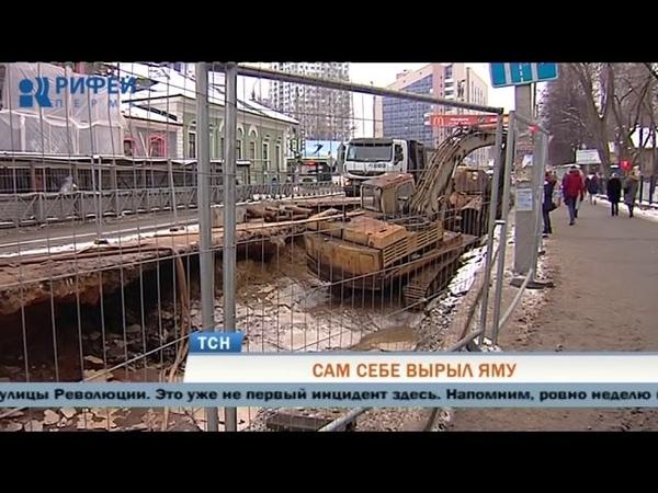 В Перми экскаватор провалился в яму на месте коммунальной аварии