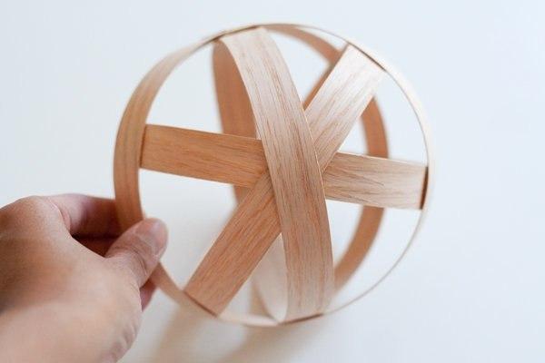 Понадобятся: - тонкие деревянные полоски - клей - флористическая губка - крепёж.