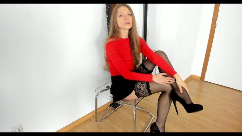 Красивая девушка показывает свои ножки в чулках