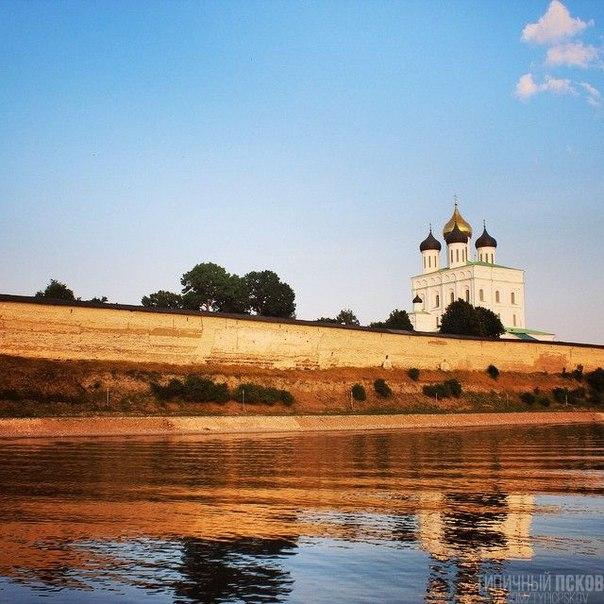 Псковский Кремль. Вид на Троицкий собор 17 века. #псков