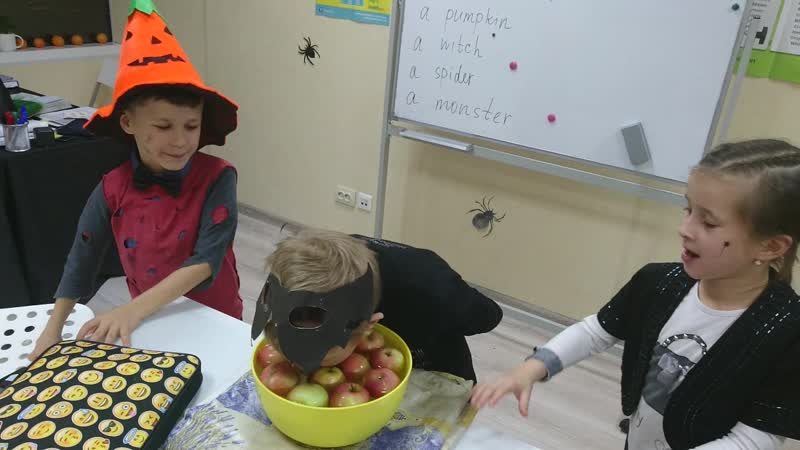 Apple bobbing _Halloween lessons 2017