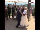 Российский Президент побывал на свадьбе у главы Австрийского МИД. Путин подарил Кнайсль букет цветов, а она ему - танец!