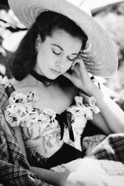 Прекрасная актриса Вивьен Ли заснула на съёмках х/ф «Унесённые ветром» 1939г.