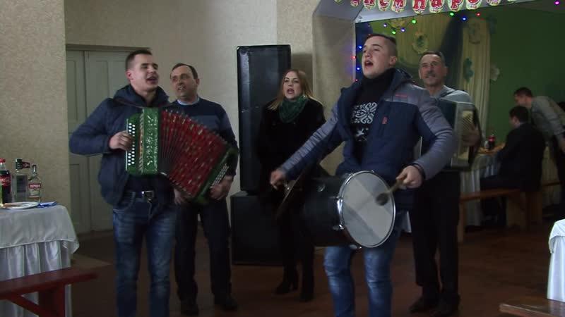 """""""Моя мамка молдованка"""" Музиканти в селі. Це співає гурт «Сім'я», с. Подвірне на Буковині."""
