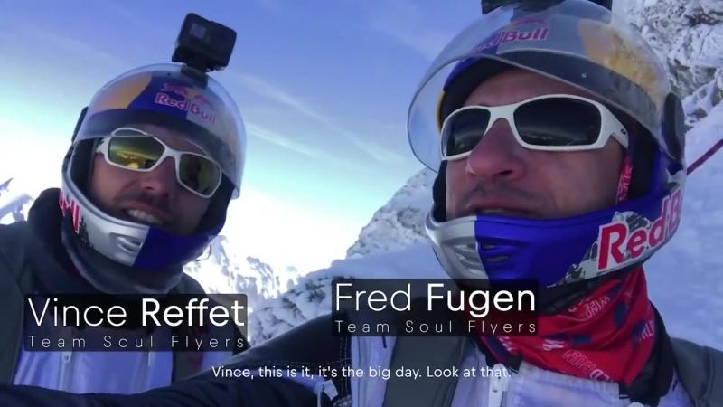 Два французских экстремала спрыгнули с горы в Альпах в вингсьютах а затем влетели в самолёт на ходу