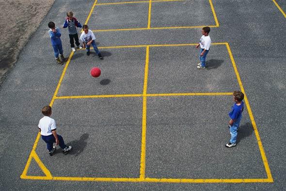 Игра квадрат с мячом,