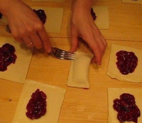 Слоечки с вишневой начинкой Ингредиенты: - 500 г готового