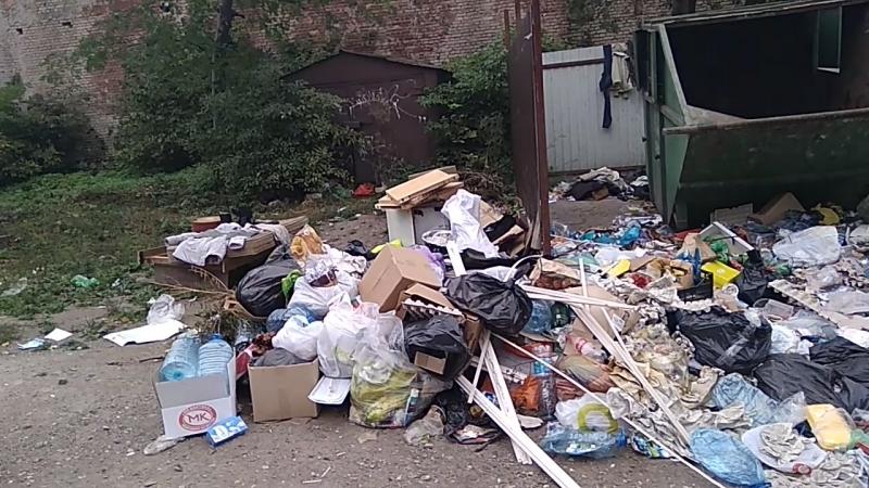 Вывоз мусора по-калининградски.Пер.Трамвайный