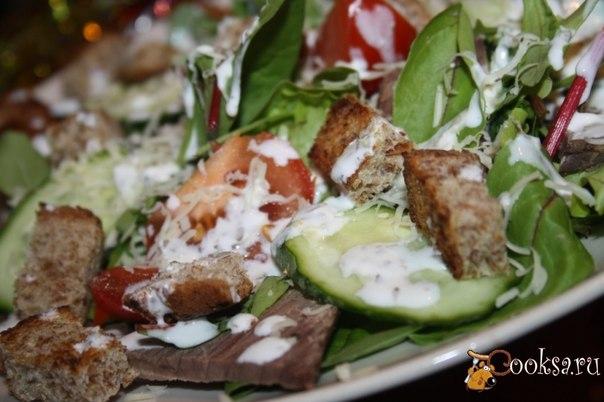 Очень вкусный, лёгкий и несложный в приготовлении салат, который будет оценен по достоинству и на праздничном столе, и просто на семейном обеде.