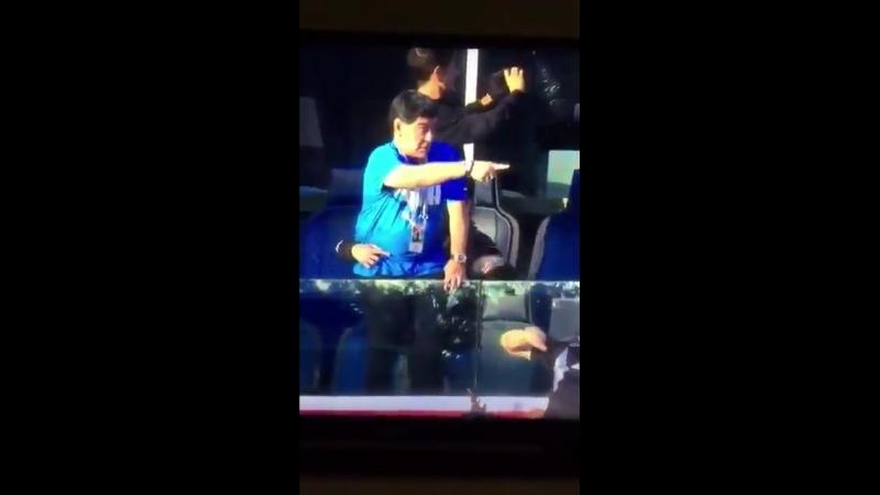 Марадона делает что-то нехорошее