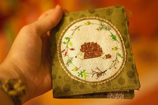 Книжка - игольница. МК Бусеницы (neuzheli) нам понадобится:  ткань (подходит почти любая тонкая ткань, но не трикотаж); канва и нитки для вышивки (или готовый вышитый мотив); швейные нитки в цвет ткани; подходящий по тону фетр; декоративная лента или кружево; две пуговицы; джутовый шнур или любой другой подходящий; карандаш, линейка, циркуль, портновские булавки; утюг; удобное место и хорошее настроение
