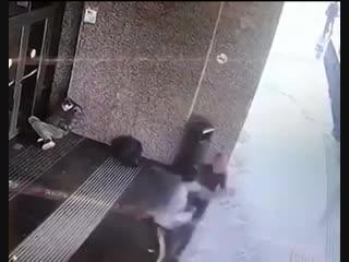 Девушка избила парня