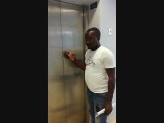 Migrant bei der arbeit, - der paketbote