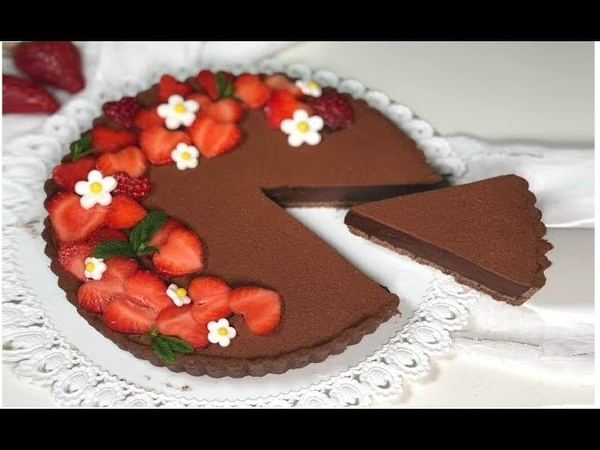Шоколадный пирог с ганашем и клубникой