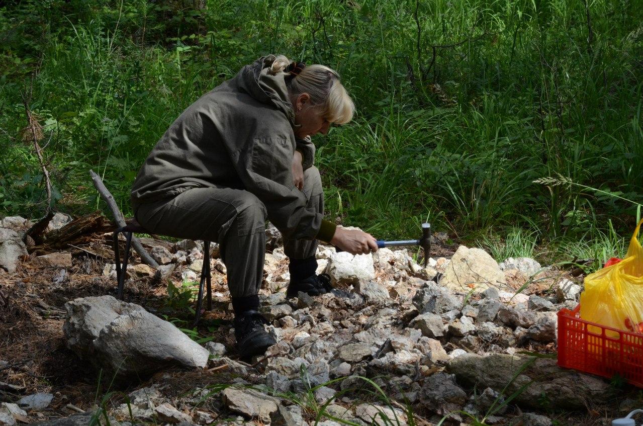 Геолог отбирает образцы (06.11.2014)