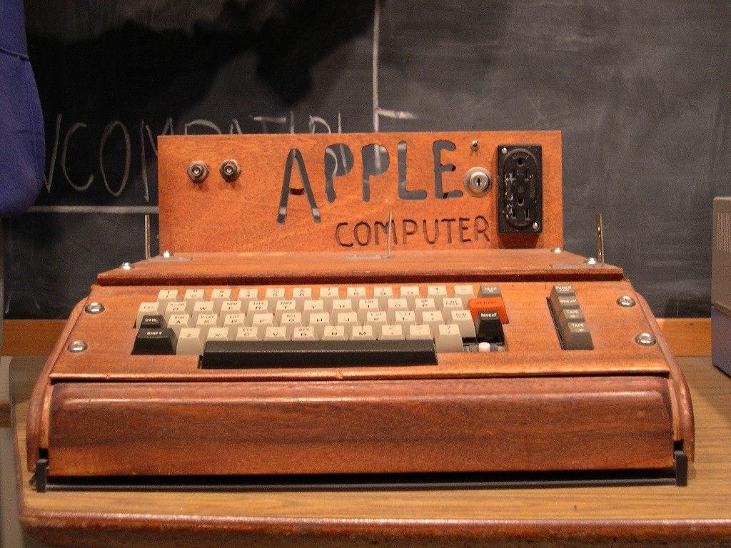 Компьютер Apple I в деревянном корпусе Apple Жительница США по ошибке отнес
