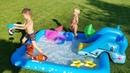 Дети купаются в бассейне Kids swimming in the pool