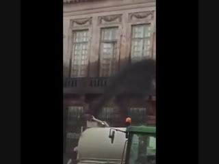 Во Франции протестующие против повышения цен на топливо залили говном здание центрального муниципалитета в Пар