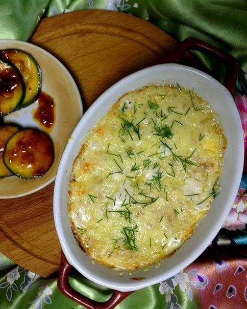 яйца, запеченные по-провансальски 3 яйца30 г тертого твердого сыра1 зубчик чеснока1 небольшая луковица2 ст. л. ц/з муки150 мл молока1 ч. л. сметаныщепотка мускатного орехасоль, свежемолотый
