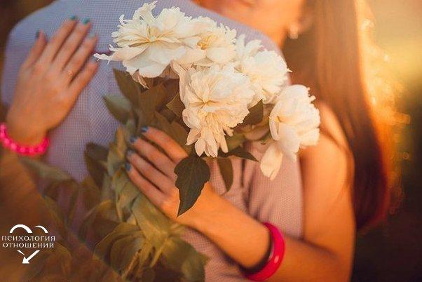 Обнимайте любимых людей, Без особых на то причин. Можно стать в сотню раз сильней, Лишь поверив, что ты не один. Человеку уже теплей, Если рядом надежный друг. Жизнь не дарит нам легких путей, Но и мы не опустим рук. Обнимайте заместо слов, Будьте счастливы за других, И прощайте своих врагов, Берегите своих родных. Человеку уже смелей, С жарким сердцем вперед шагать, Если рядом тот самый друг, Кого хочется обнимать.