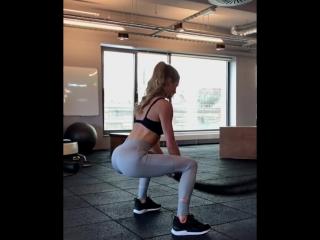 Сексуальная красивая девушка в спортзале показала свою попку. Супер мотивация, фитоняшки, фитнес модель девочка спорт видео игра
