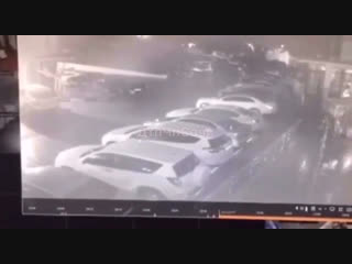 Момент массового поджога автомобилей в Сочи попал на видео.