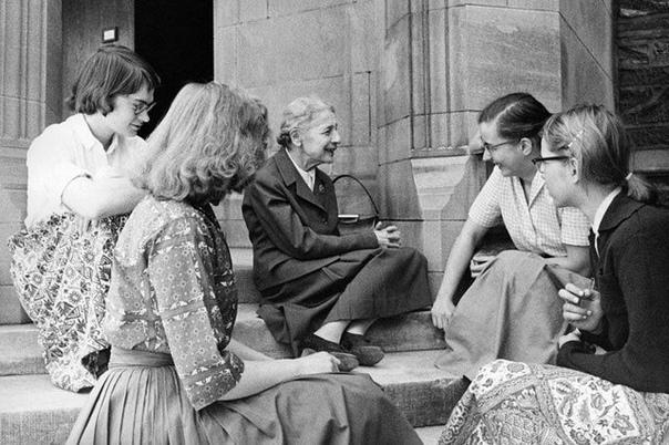 На фото ученая-физик Лиза Мейтнер со своими студентами. 1959 год.
