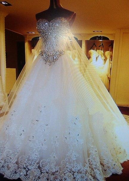 Свадебные платья пышные на манекене