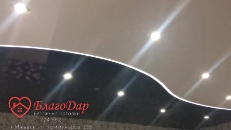 черно-белый натяжной потолок со световой линией