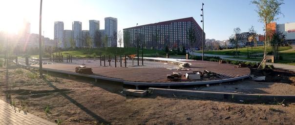 Ещё только зарождается детская площадка. Только ставят подходы деревянные, которые будут почти вровень с уровнем песка, я зайду туда, а мне по колено!  12 июля 2018