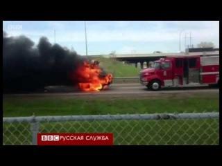 США.Пылающий автобус чуть не таранит авто пожарных