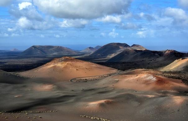 Лансароте остров, входящий в Канарский архипелаг Но этот остров нельзя назвать «одним из». Это совершенно потрясающий остров, который подходит как для тех, кто устал от суровых снежных зим, так