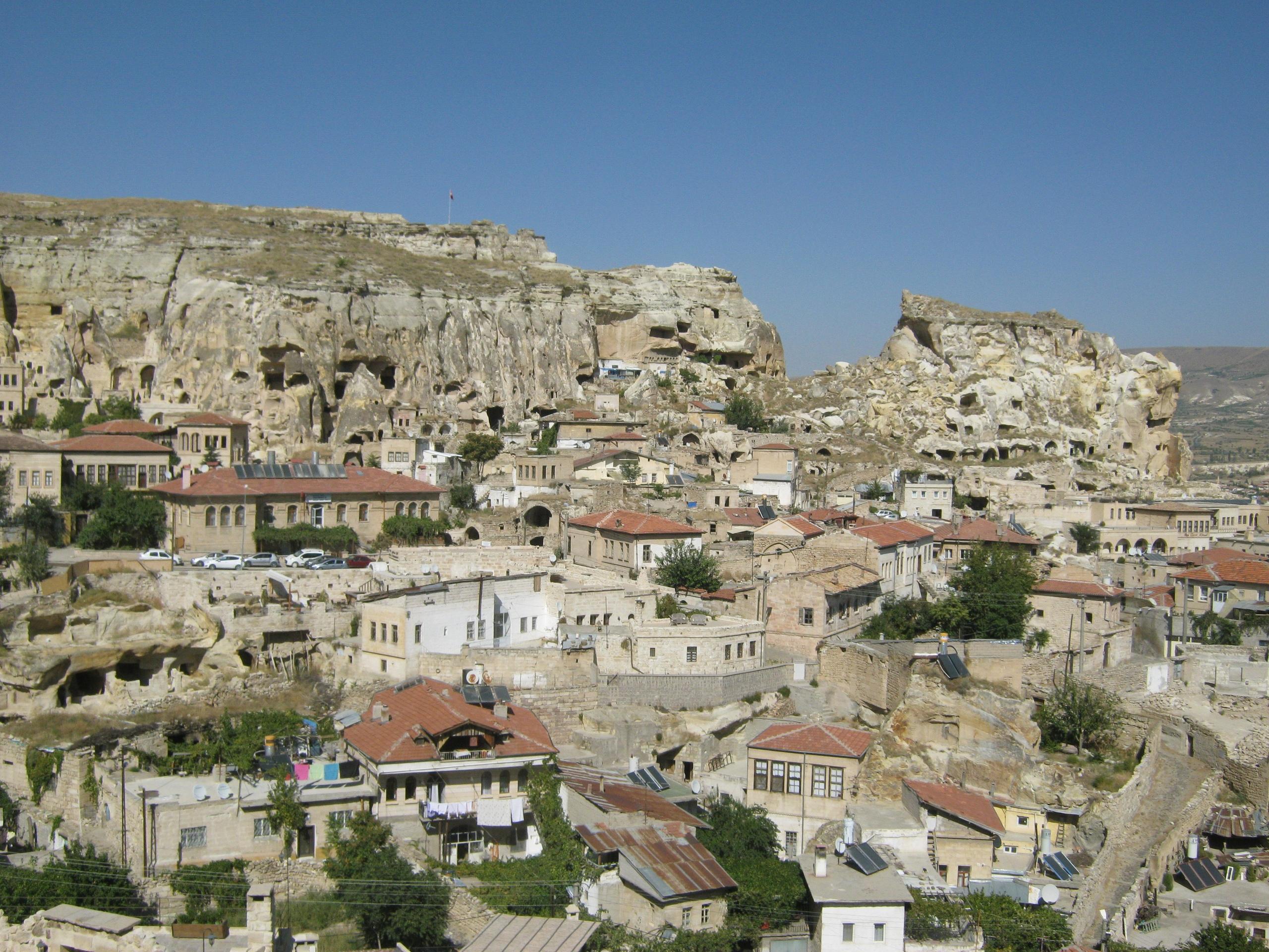 Райцентр Юргюп, его старинные дома, скала-крепость, и пещеры