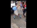 Pelea de joven uniformada con la ropa escolar con otra joven mandanda a peliar por su madre y famili