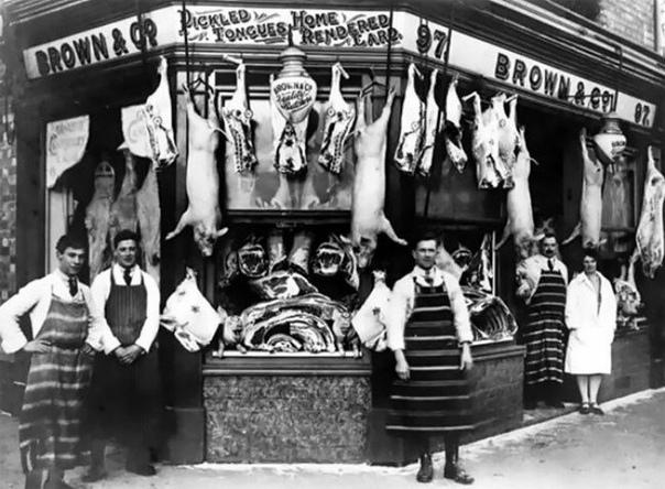 ЭПОХА ДО ХОЛОДИЛЬНИКОВ: МЯСНЫЕ ЛАВКИ В ВИКТОРИАНСКОЙ АНГЛИИ В викторианскую эпоху Британия довольно быстро урбанизировалась. К 1851 году она стала первой страной, где в городах проживало больше