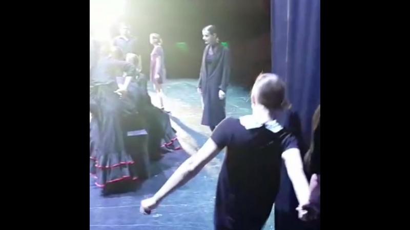 Что происходит за кулисами во время спектакля…