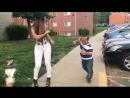 Карлик танцует лезгинку с девушкой