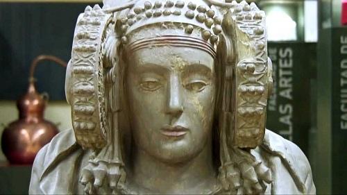Таинственная скульптура Дама из Эльче Скульптура была найдена в 1897 году около испанского города Эльче. Дату ее создания ученые отнесли к IV -V векам до н.э. Вскоре после обнаружении статуи
