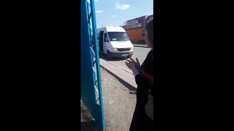 1) водителя белого микроавтобуса, ГРНЗ 075 DGA 09, который 08.05.2019 г., в 16 ч.18 м., на остановке «САНСАРА» нелегально взял н