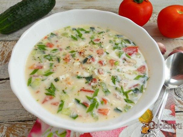 Окрошка с курицей и помидорами Очень вкусная, яркая окрошка с курицей и помидорами - отличное блюдо для вашего стола в жаркие летние дни.