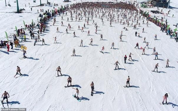 В Шерегеше установили новый рекорд по спуску с горы в купальниках
