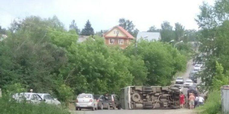 Маршрутный автобус перевернулся в субботу на Степановке в Томске