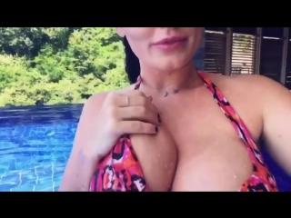 Sophie Dee пышная зрелая мамка звезда порно и ее большие сочные натуральные сиськи и упругая попка, секс мильфа жопы давалка