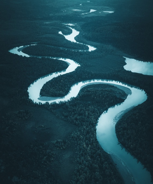 Пейзажные аэроснимки Тобиаса Хегга. Сфотографировав воду в тонах, украшенную драгоценными камнями, возвышающуюся над пляжами и солоноватыми лагунами, Тобиас Хегг создает одни из самых ярких