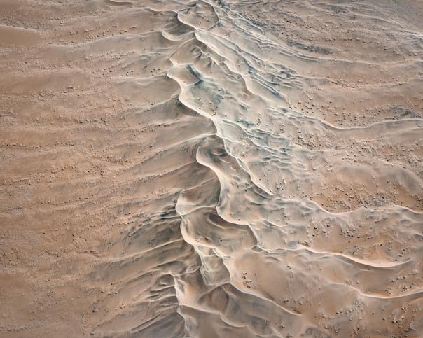 Аэрофотоснимки пустыни выглядят как абстрактные картины Австралийский фотограф Leah ennedy сделал серию снимков засушливой Намибии с высоты. Большая часть работ фотографа имеют абстрактный