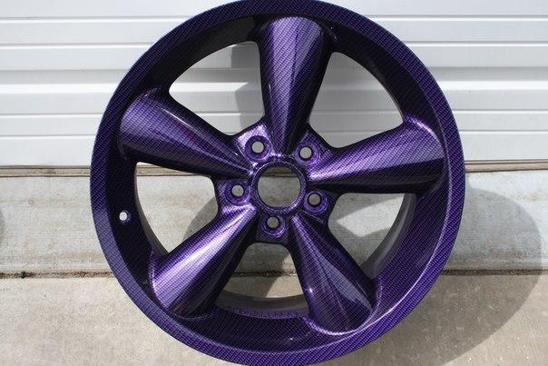 Карбон F1 на фиолетовом металлике крупным планом...