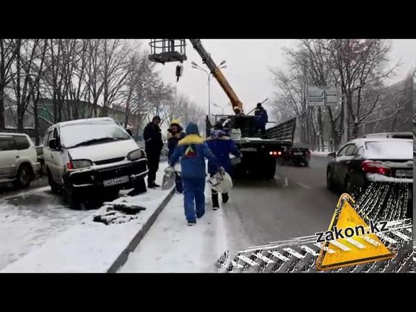 Минивен наехал на легковушку в Алматы