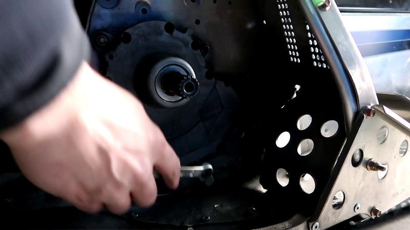 Как поменять масло в коробке Arctic Cat Bearcat 570 xt. DF 40
