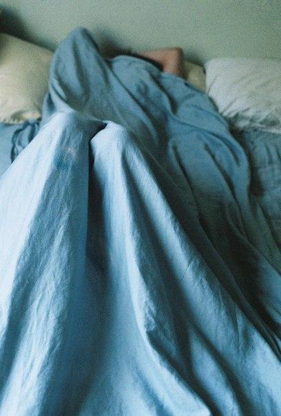 7 правил хороших сновидений Разумеется мы не можем управлять снами и заказывать их сюжет. Однако наверняка можем уберечь себя от страшных сновидений, ужасов, и любых других, после которых в душе остается неприятный осадок на весь день. 1. В любое время года проветривай комнату перед сном. Даже если на улице -20 или +30. Лучше укрыться теплым одеялом или тонкой простыней, но для хороших снов необходим свежий воздух. 2. Обеспечь свой сон тишиной. Выключи компьютер, тикающие часы, колонки,…